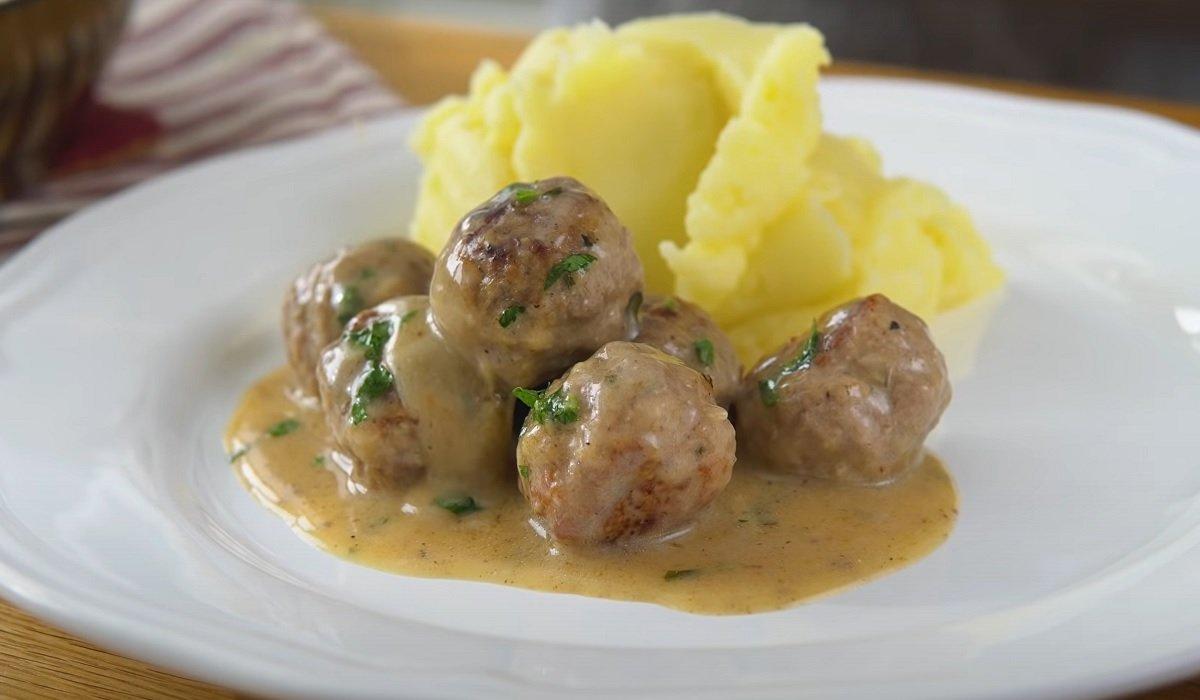 готовые фрикадельки в соусе с картофельным пюре