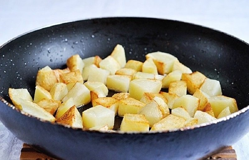 жарить картофель