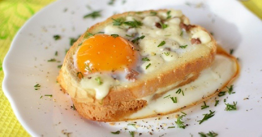 горячие бутерброды в духовке с яйцом колбасой