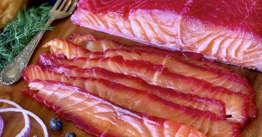 Гравлакс из лосося со свеклой