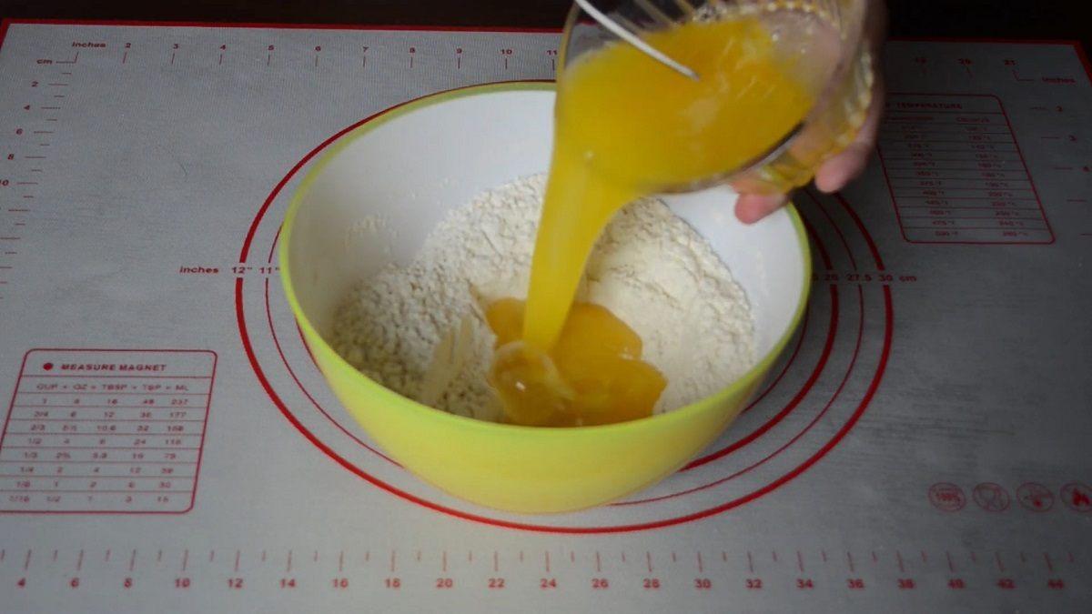 добавление яичной смеси в мучную
