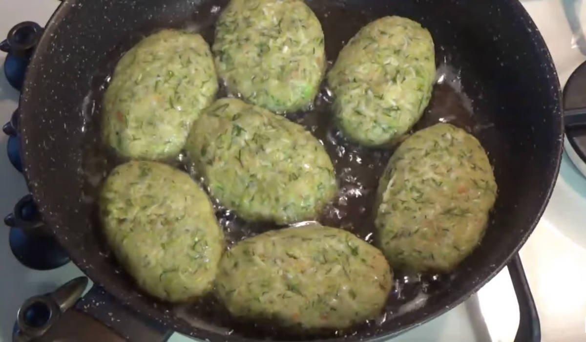 Кабачкові котлети з сиром на сковороді