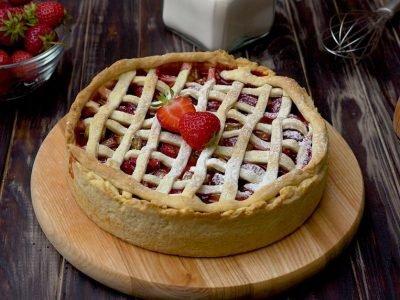 Как испечь пирог из клубники с ревенем