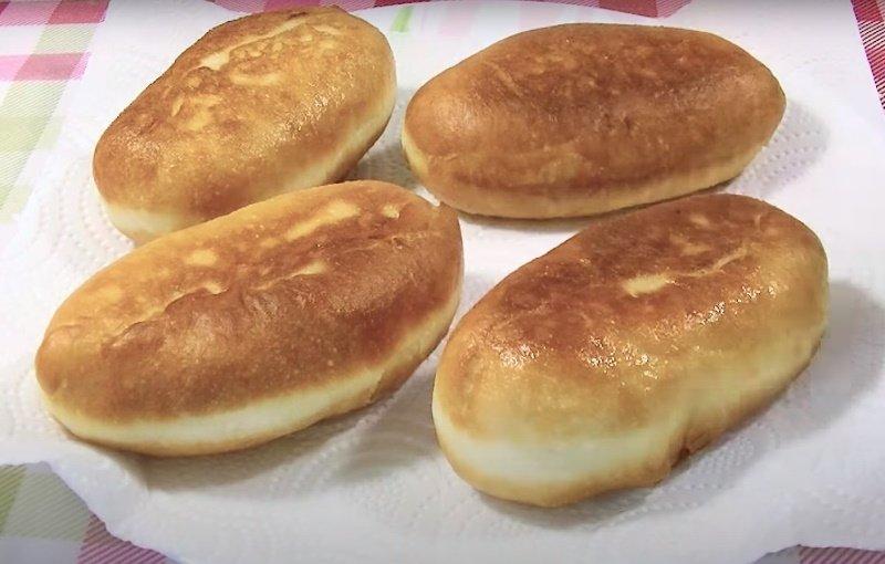 Пиріжки з цибулею і яйцем на сковороді