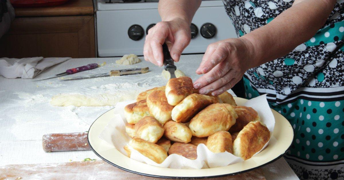 Как приготовить пирожки с луком и яйцом