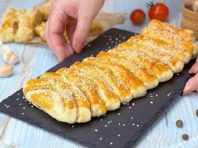 Как приготовить слоеный пирог с квашеной капустой
