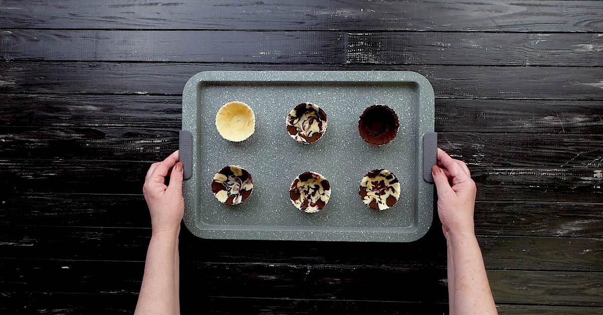 Двоколірні шоколадні чашки з начинками