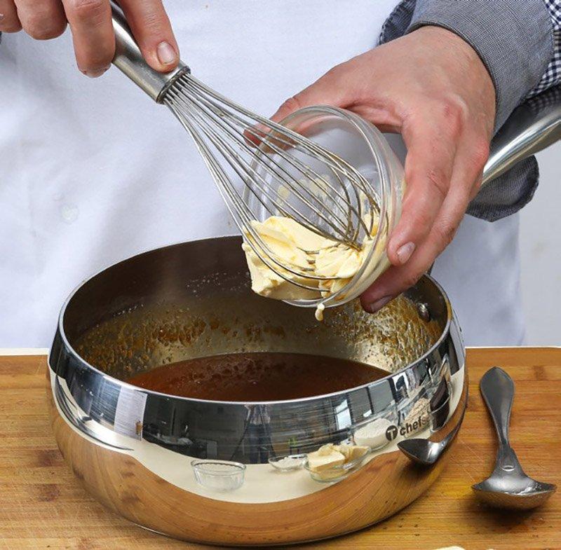 добавление сливочного масла в карамельный соус