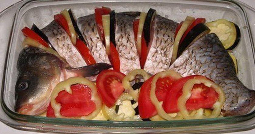 Карп с овощами