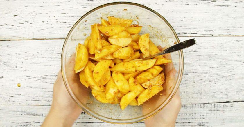 Картофель с чесночным соусом в рукаве