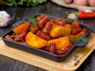 Картофель с охотничьими колбасками на сковороде