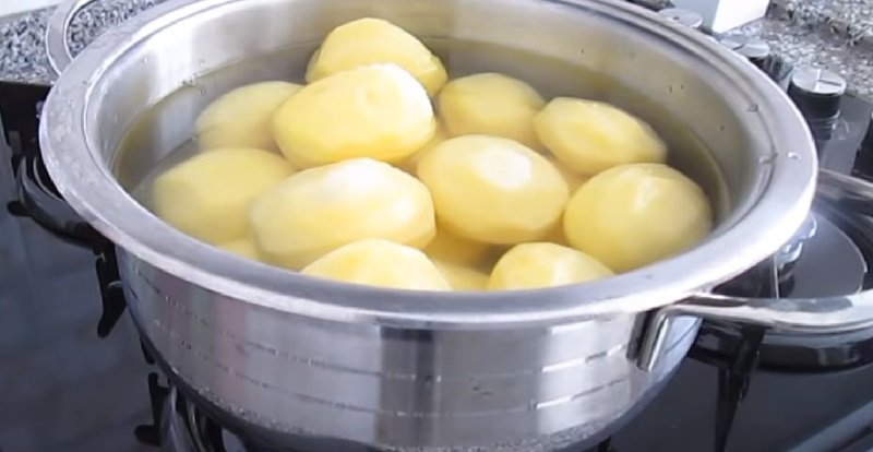 варит картофель
