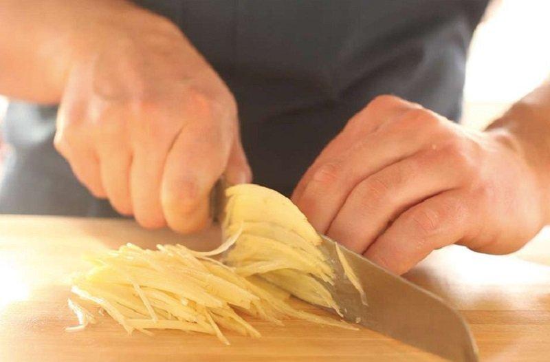 нарезать картофель соломкой