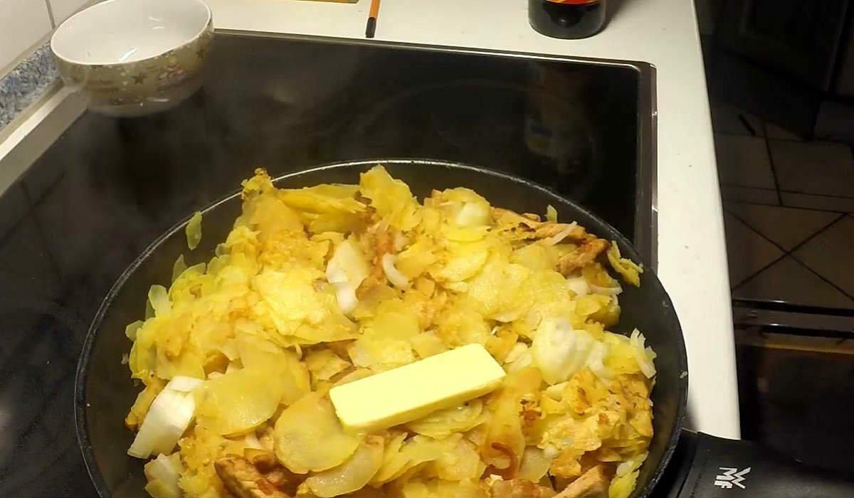 Картопля по-німецьки з м'ясом на сковороді