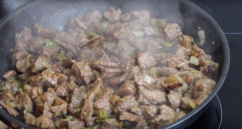 жареное с луком мясо