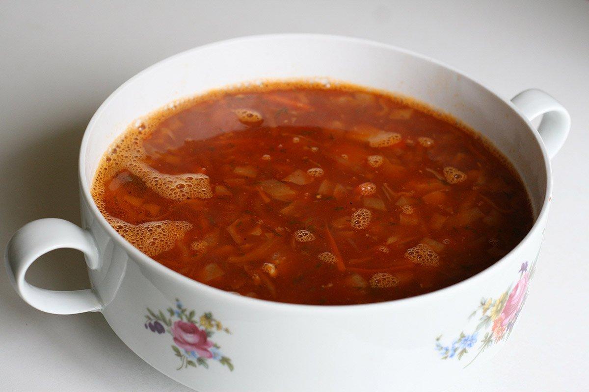 готовый красный борщ в тарелке