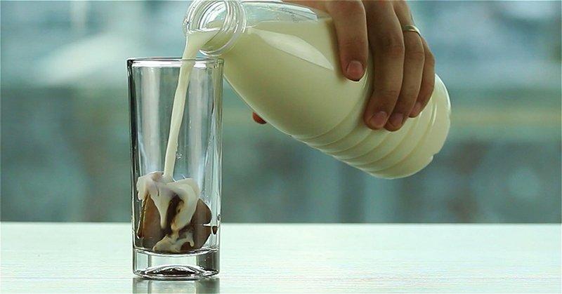 стакан с молоком и кофейным льдом