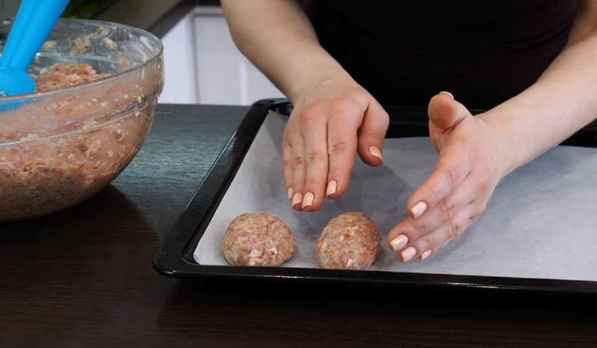 Класичні котлети в духовці зі сметанним соусом