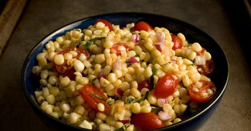 Кукурузный салат с томатами