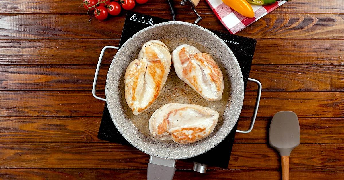 Ароматна курка «Капрезе» на сковороді