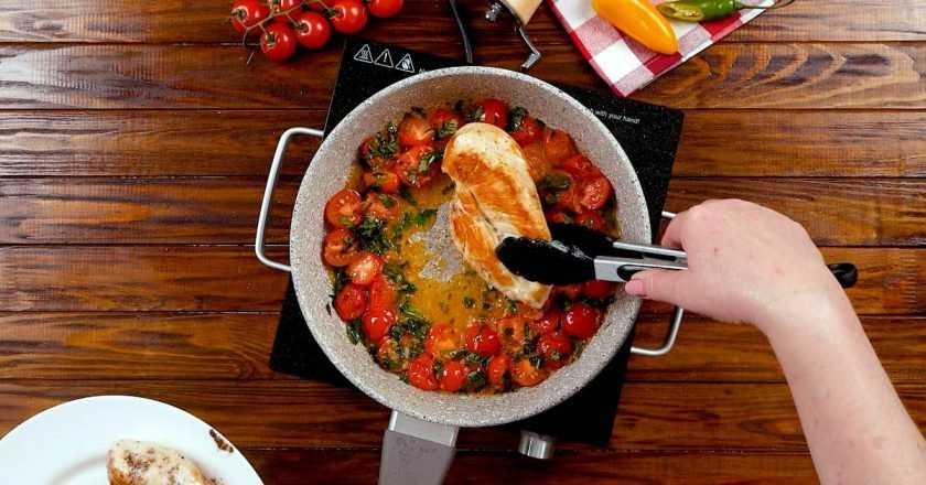 Ароматна курка «Капрезе» на сковороді - Це Смак