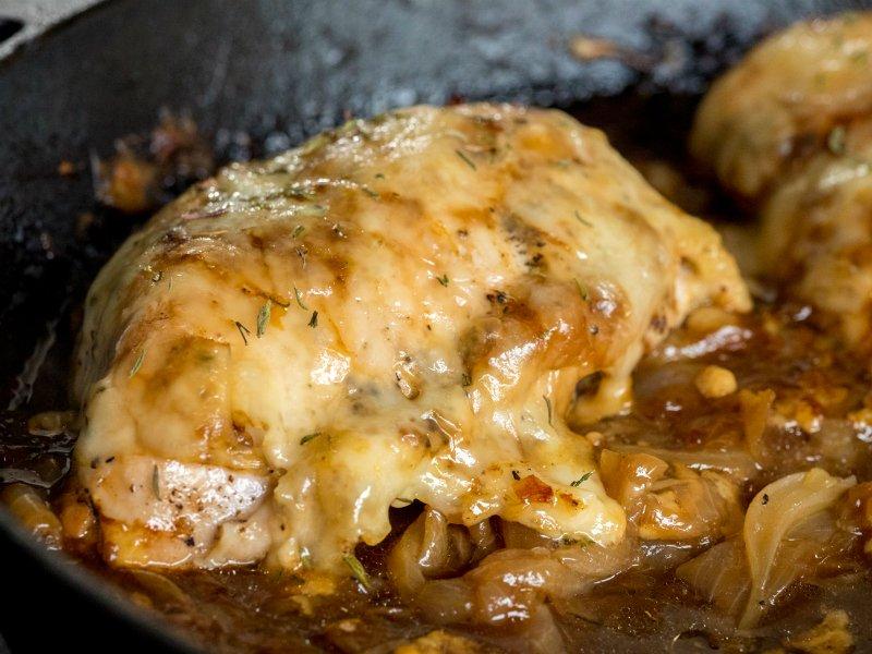 курица с луком в сковороде