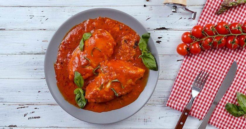 Куриное филе в томатном соусе с сыром