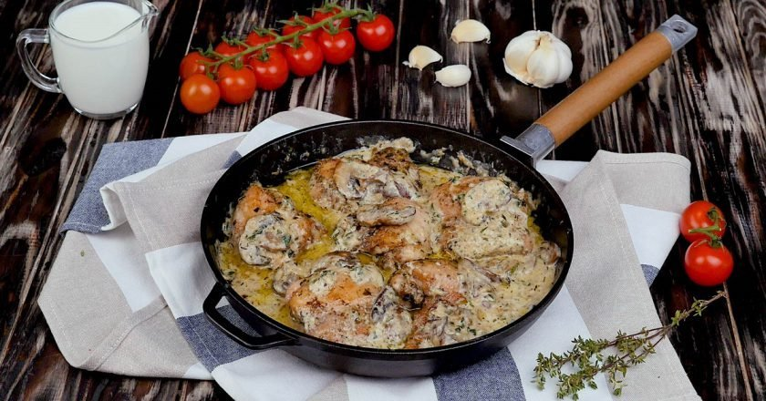 Куриные бедра с грибами и сливками