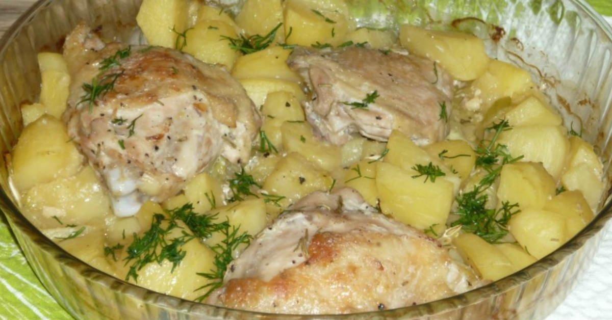 Курячі стегна з кабачками на сковороді