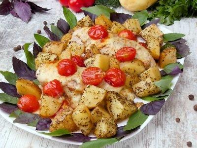 Куриные грудки с картофелем и помидорами