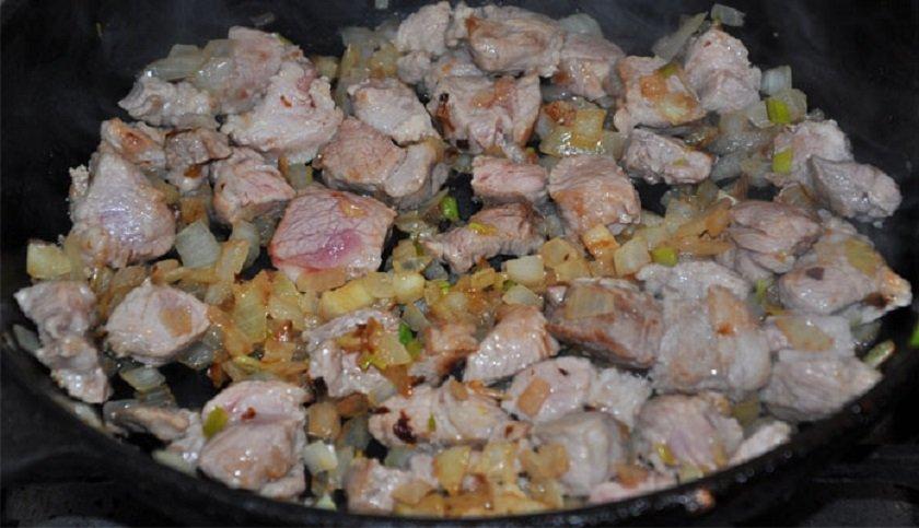 обжарить мясо с луком на сковороде