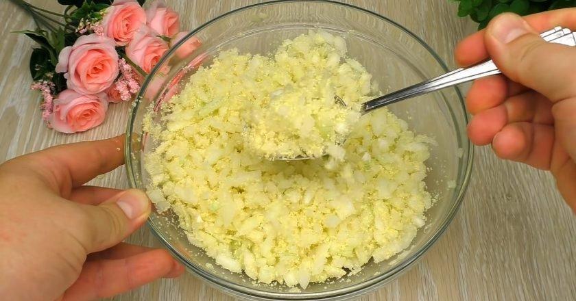 Луковые оладьи с манкой на сковороде