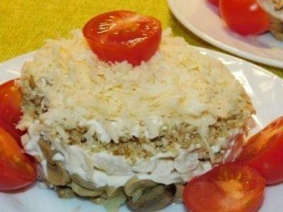 Многослойный салат с курицей и орехами