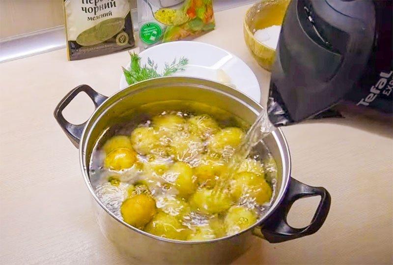 Молода картопля в духовці ціла