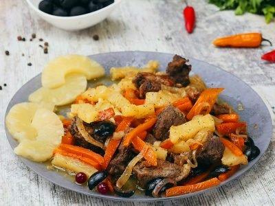 Мясо с оливками и ананасом
