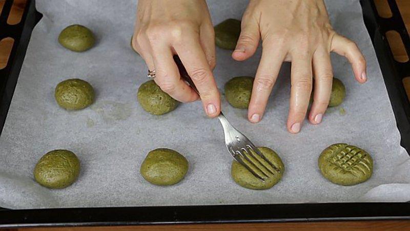 формирование печенья на противне