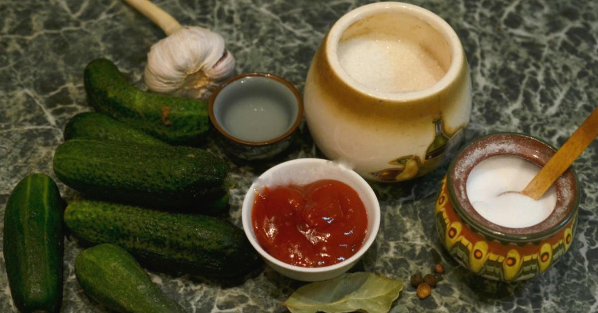 огурцы, маринованные с кетчупом чили