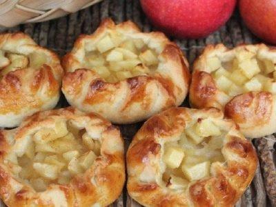 Открытые пирожки с яблоками