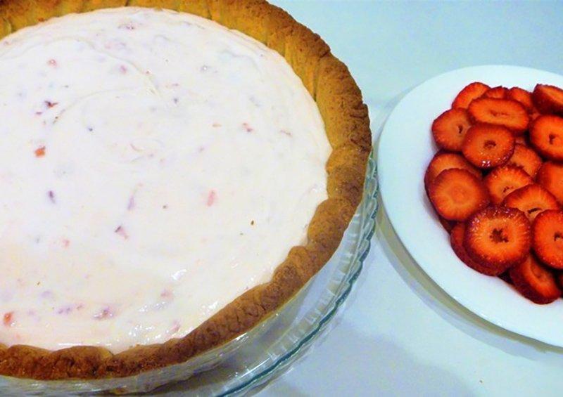 Відкритий полуничний пиріг з йогуртом