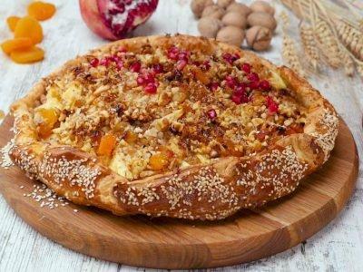 Открытый пирог с творогом, яблоками и курагой
