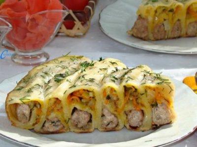 Пельменный пирог с начинкой на сковороде