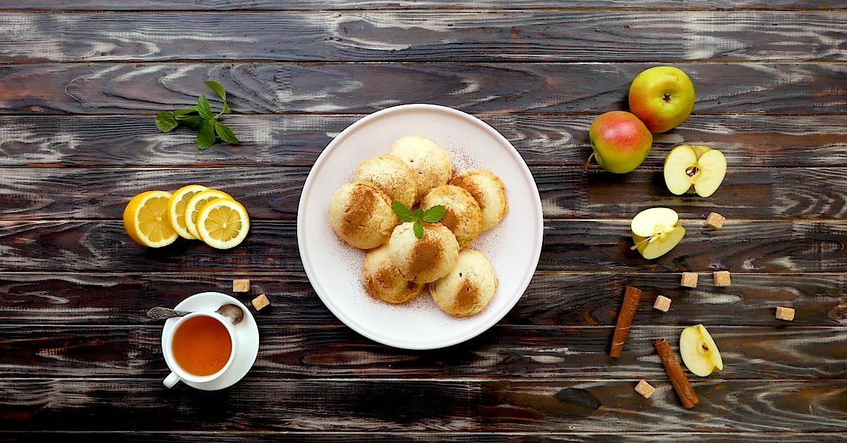 Пісочні міні-пироги з яблуками і чорницею