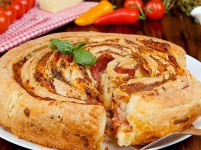 Пицца-рулет из слоеного теста