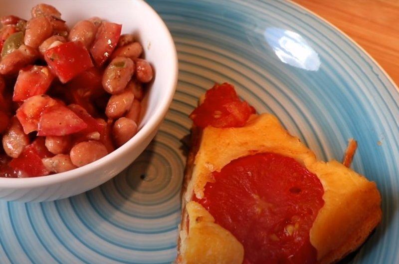 Заливний пиріг з помідорами на вечерю