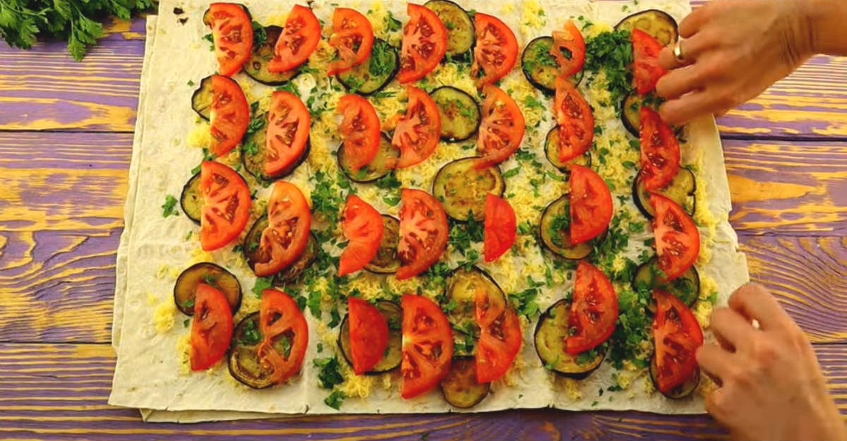 рулет с баклажанами, сыром и помидорами