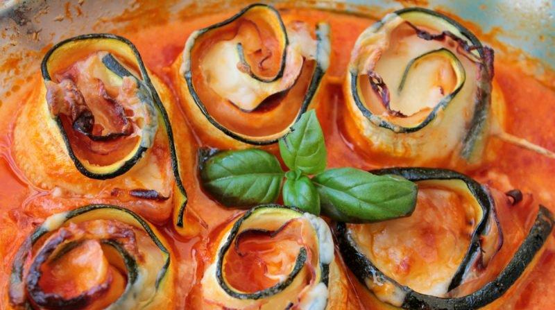 Рулетики з цукіні в томатному соусі