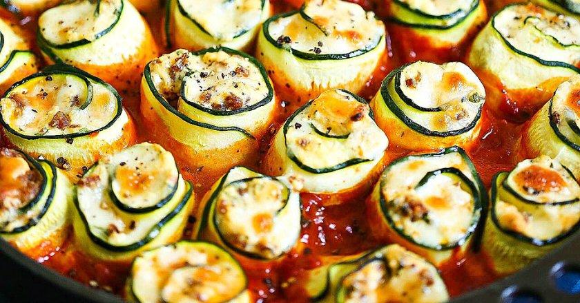 Рулетики из цукини в томатном соусе