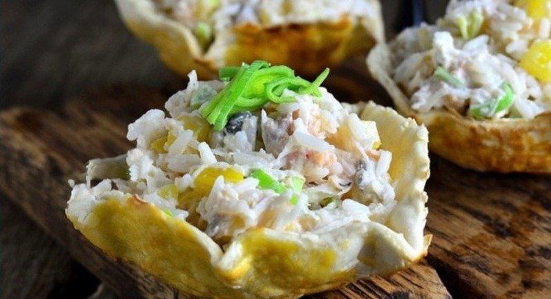 рыбный салат в съедобных корзинках