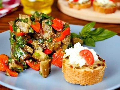 Салат из баклажанов с чесночным хлебом