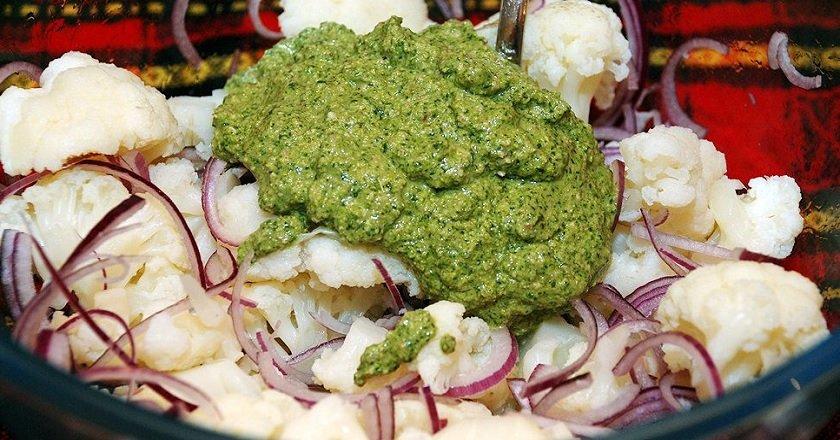 Салат из цветной капусты с ореховой заправкой